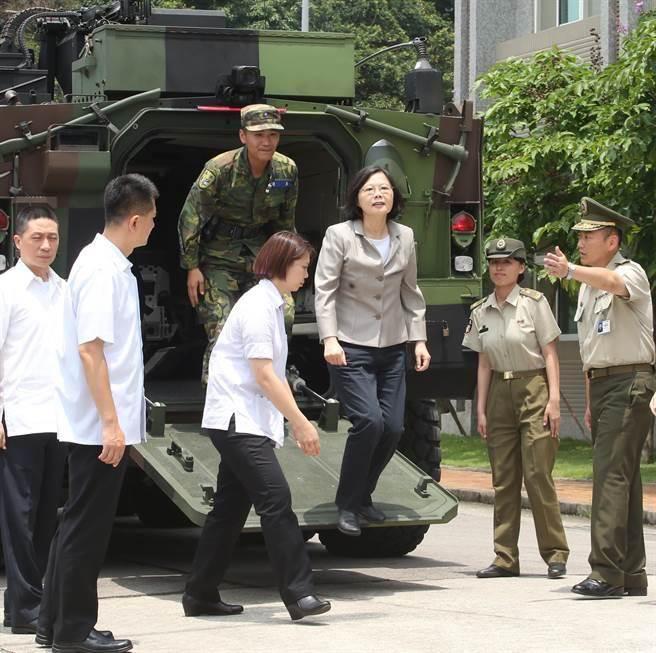 """台军曾发动大规模政军兵推,模拟蔡英文车队遇袭。(图片来源:台湾""""中时电子报"""")"""