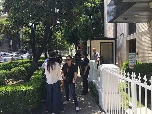 总领馆门前 图片:央视新闻
