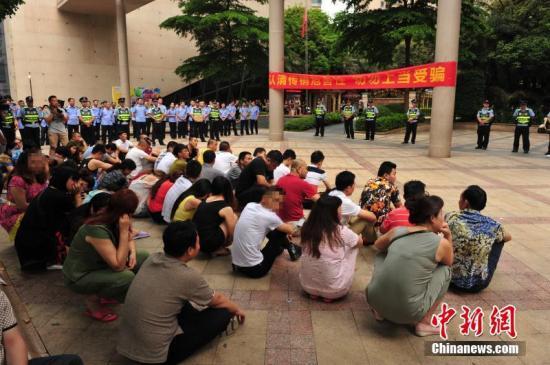 资料图:南宁1300警力凌晨突击,拉网式清查250余个传销窝点。玉�� 摄