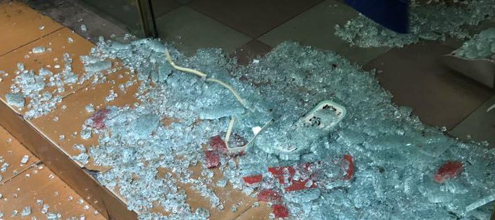 胳膊被玻璃划伤图片_钢化玻璃爆碎 门市老板手臂被划伤|手臂|老板|门店_新浪新闻