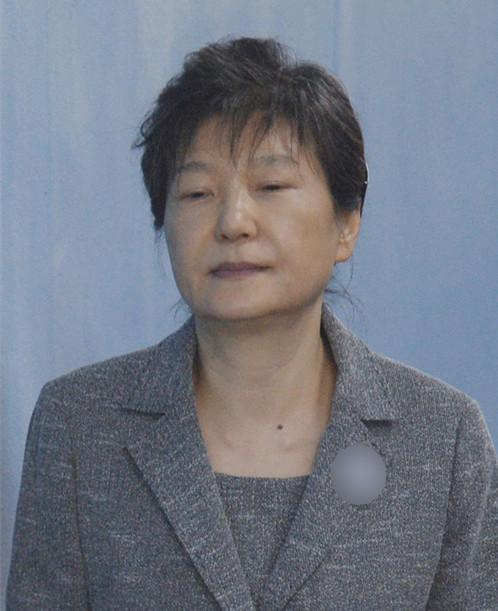 21日,朴槿惠出庭受审,她无精打采,走路多次闭眼