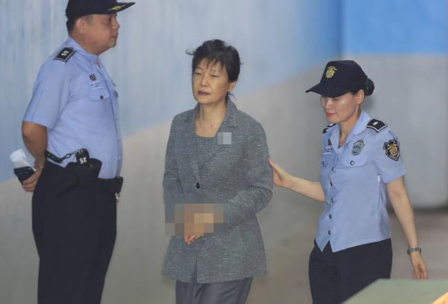 21日,朴槿惠出庭罕见未戴发卡
