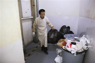 8月24日,建外SOHO东区办公楼,工作人员在楼层间运垃圾。据介绍,他们只把建筑垃圾和生活垃圾分开收集,厨余外卖垃圾并没有特别分拣。新京报记者 侯少卿 摄