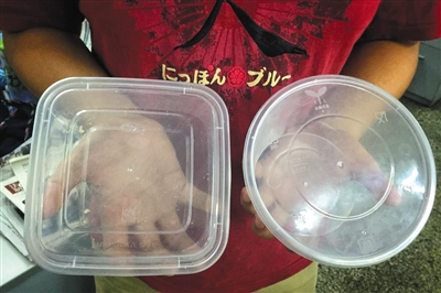 目前常见的PP5(聚丙烯)材质餐盒。新京报记者 卢通 摄