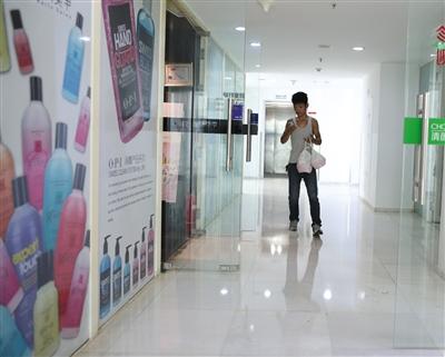 8月24日中午,建外SOHO东区办公楼,一名外卖小哥在楼层内送餐。新京报记者 侯少卿 摄