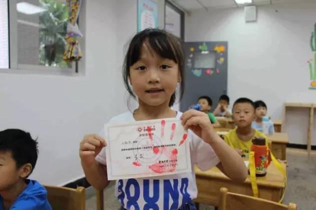 """你好中校先生书包网_一年级萌娃来了!看小学""""花式送礼""""迎新生_我苏网"""