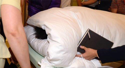 朴槿惠因腰疼住院,全身被包裹。
