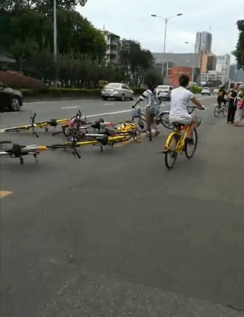 女子将共享单车扔路中间:都别方便了的照片 - 1