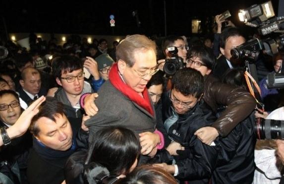 港大校委会主席李国章被围堵