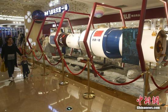 """资料图:在南京""""中国航天主题特展""""上亮相的天宫一号模型。中新社记者 泱波 摄"""