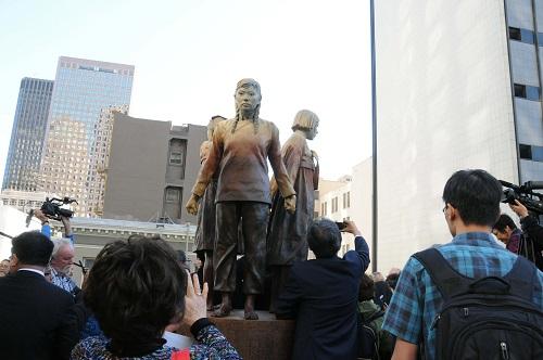 """图为美国旧金山市的""""慰安妇""""塑像。 新华社记者马丹摄"""