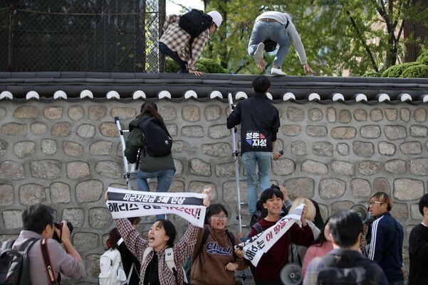 19名韩国大学生翻墙进美大使官邸 反对多交防卫费