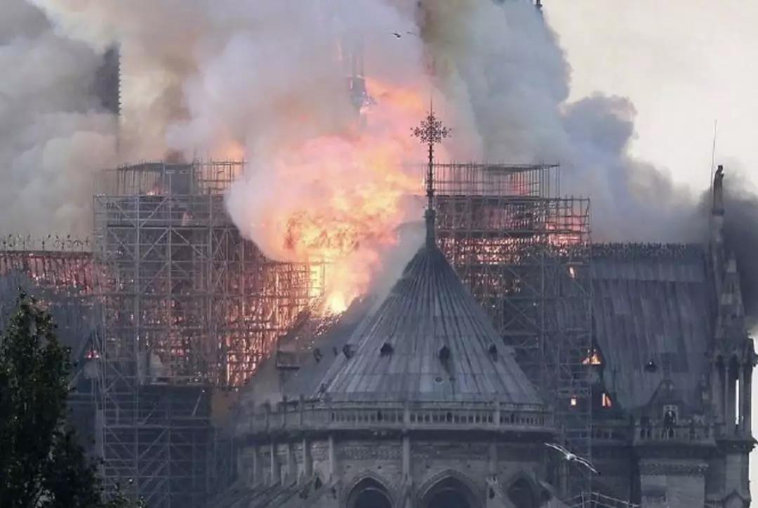 【8点见】巴黎圣母院遭遇火灾 顶部塔尖已倒塌