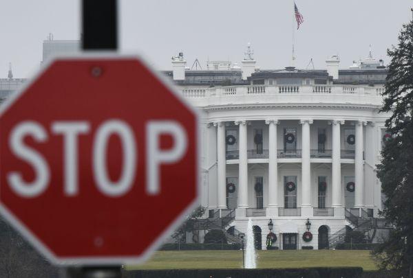 这是2018年12月28日在美国首都华盛顿拍摄的白宫。 新华社记者刘杰摄