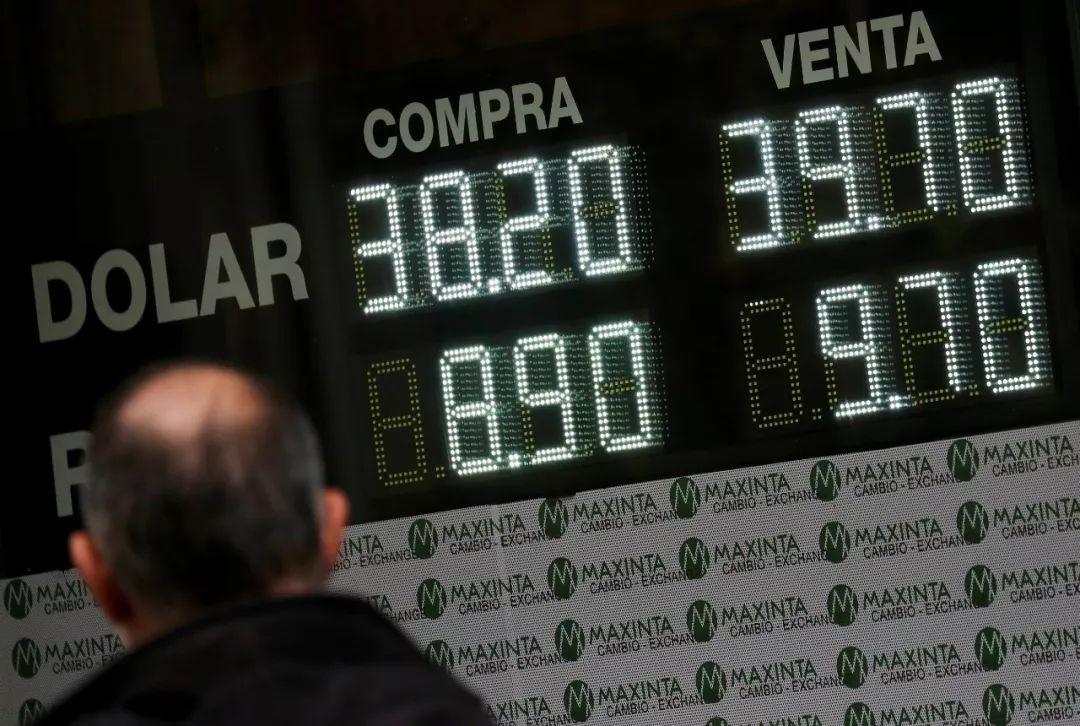 ▲原料图片:当地时间2018年9月26日,阿根廷布宜诺斯艾利斯证券营业所。当日阿根廷比索对美元汇率大幅下跌,日内一度贬值超过5%(视觉中国)