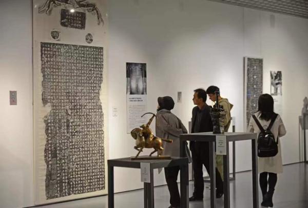 南朝神韵仍在,南大博物馆展六朝碑拓名品与石刻写生