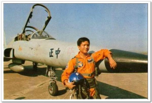 驾驶F-5F首义的黄植成少校(2012年以中国人民自在军少将军衔退伍)