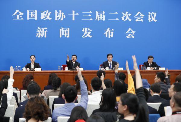 3月2日,全国政协十三届二次会议在北京人民大会堂召开新闻发布会,大会新闻发言人郭卫民回答中外记者提问。这是记者在发布会上举手提问。新华社