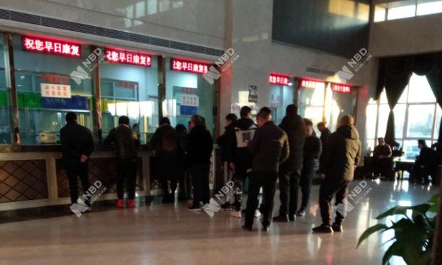 12月27日,天津权健医院内列队取药的人 图片来源:记者 张虹蕾/摄