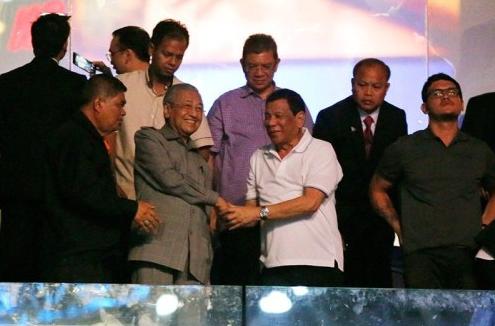 菲总统首访马来西亚 马哈蒂尔请他看了场拳击比赛