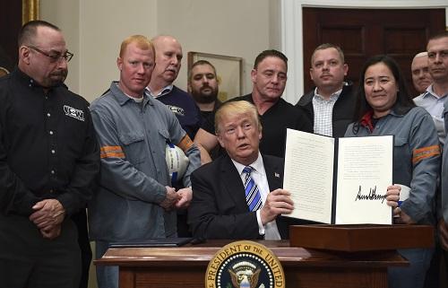 美国总统特朗普2018年3月8日签署公告对进口钢铁和铝产品征收高关税。 新华社发