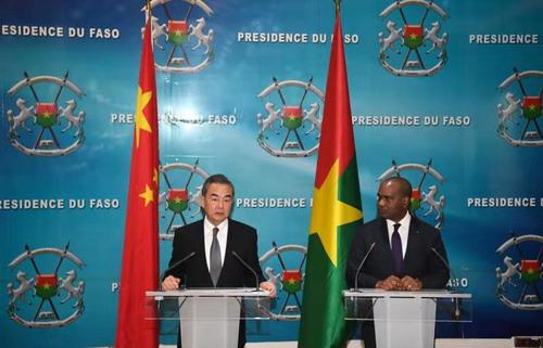 王毅与布基纳法索外长巴里 图片来自外交部