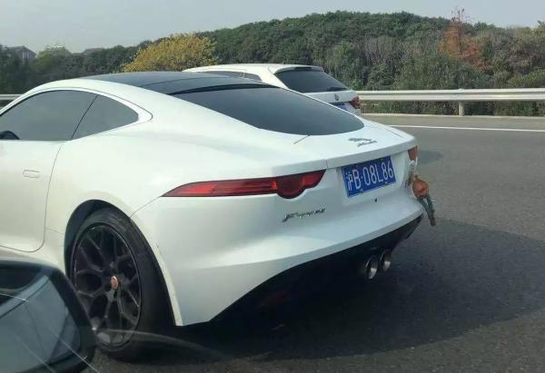 """车身黏贴玩偶的幼轿车 微信公多号""""第4焦点上海交警微发布"""" 图"""