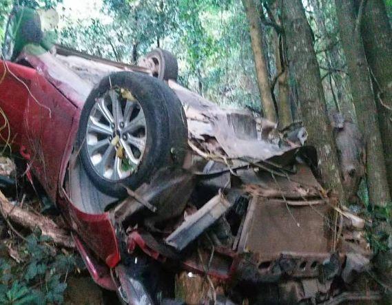 汽车坠崖全车人这个动作救命 赣州警方发返程紧急提醒