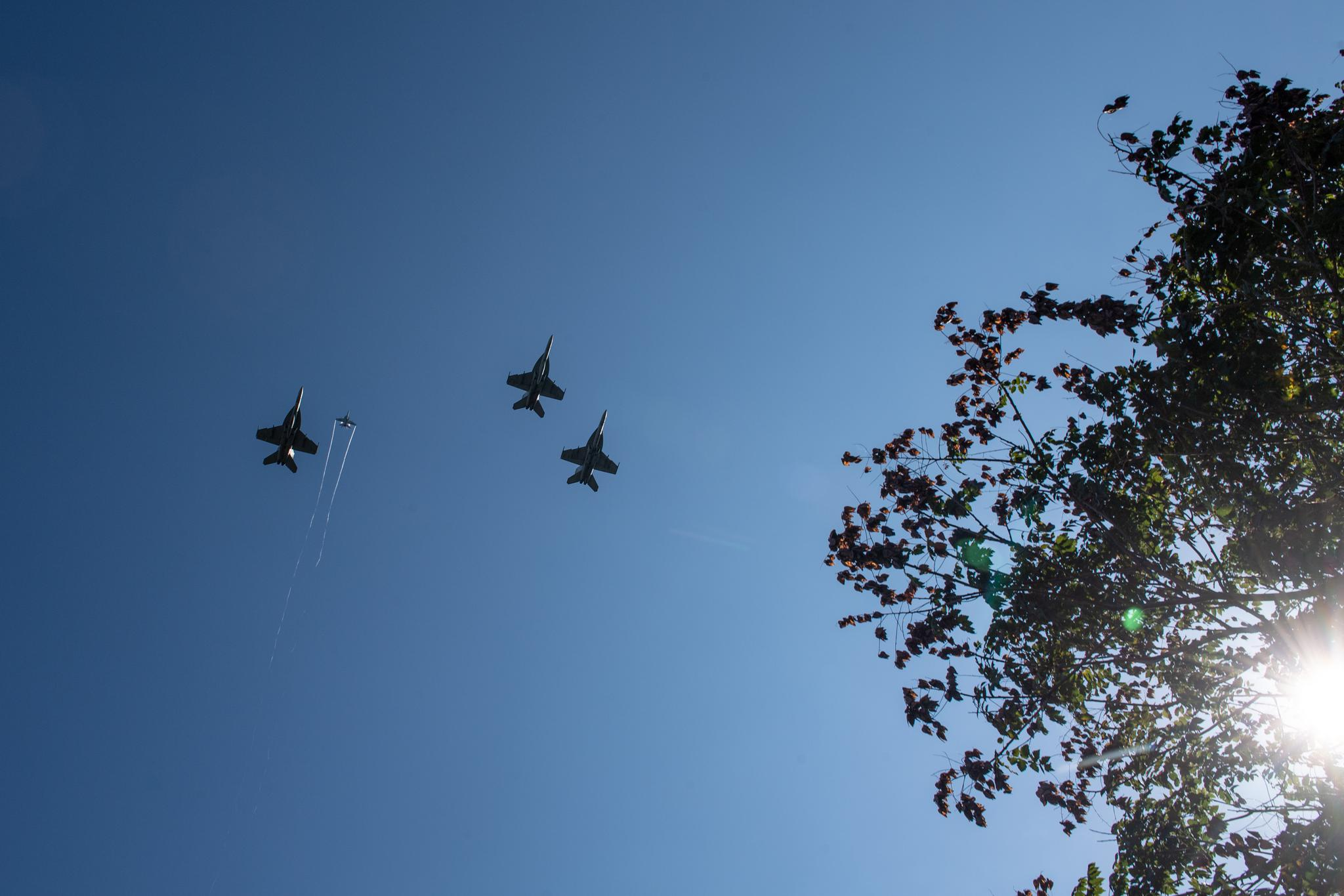 """麦凯恩典礼上,美国海军出动4架F/A-18构成""""悼念阵型"""",飞越他的灵柩 图源:美国海军"""