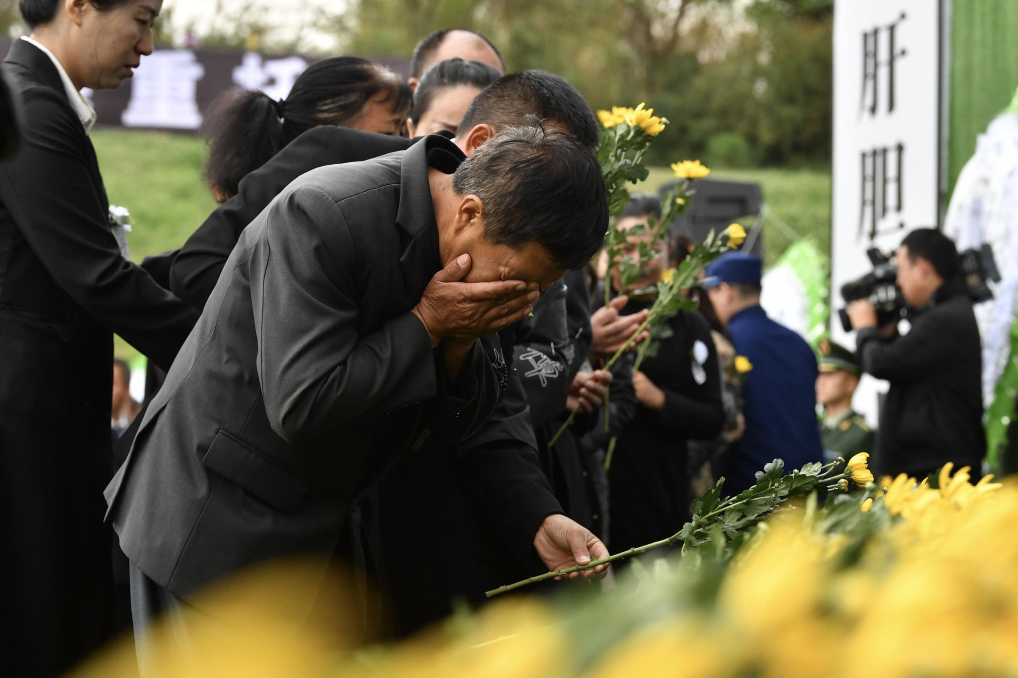 烈士家属失声痛哭。新京报记者吴江 摄