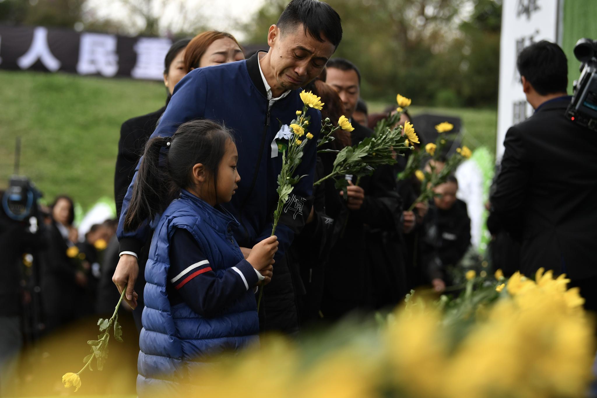 前来悼念的人们为扑火英雄献花。新京报记者吴江 摄