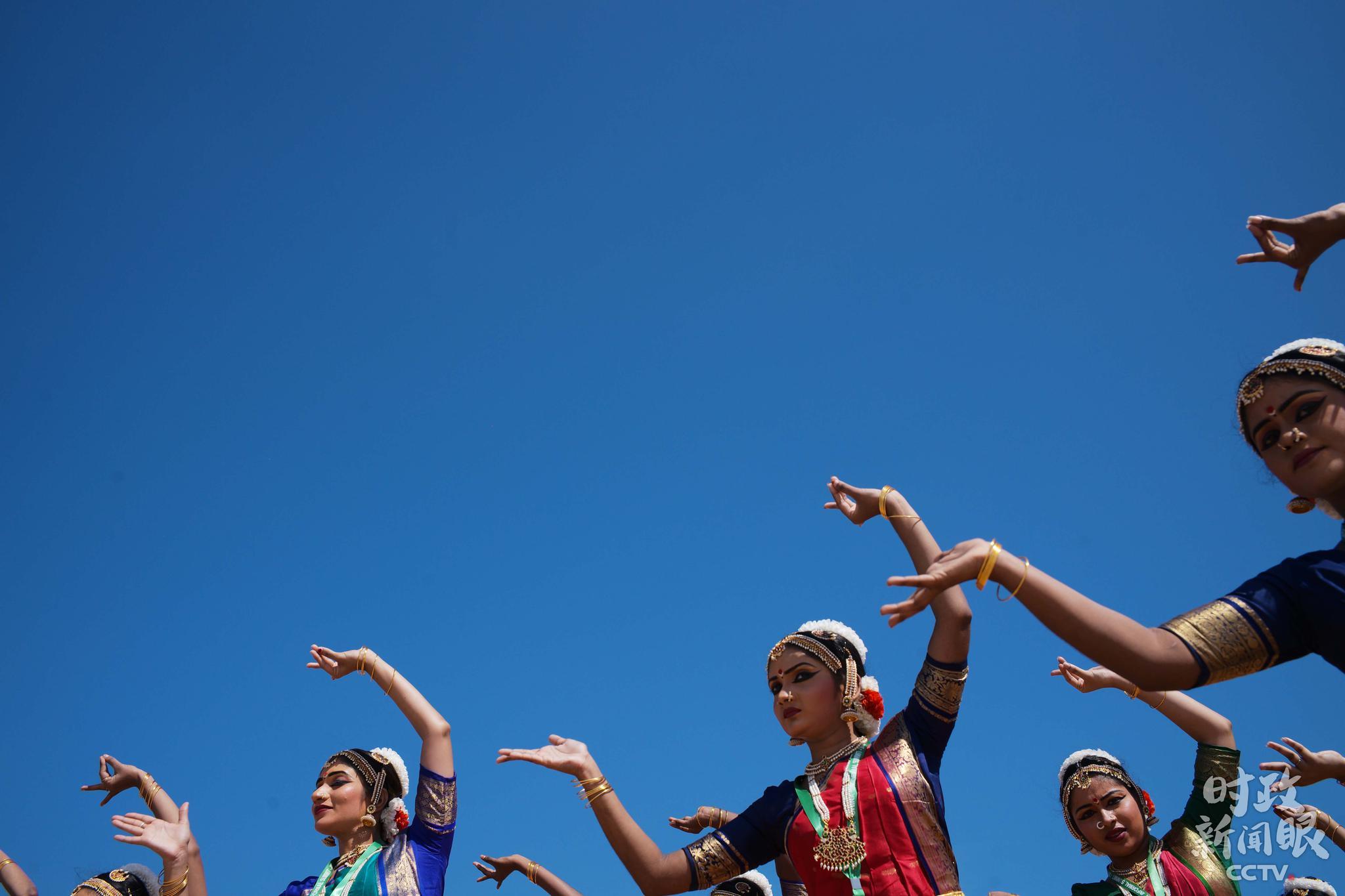 △婆罗多舞者要在不同情景里十分熟练而优雅地交替转换动作,配合丰富的面部表情和各种手语,彰显婆罗多舞蹈的精致高雅。(央视记者马亚阳、王哈男拍摄)