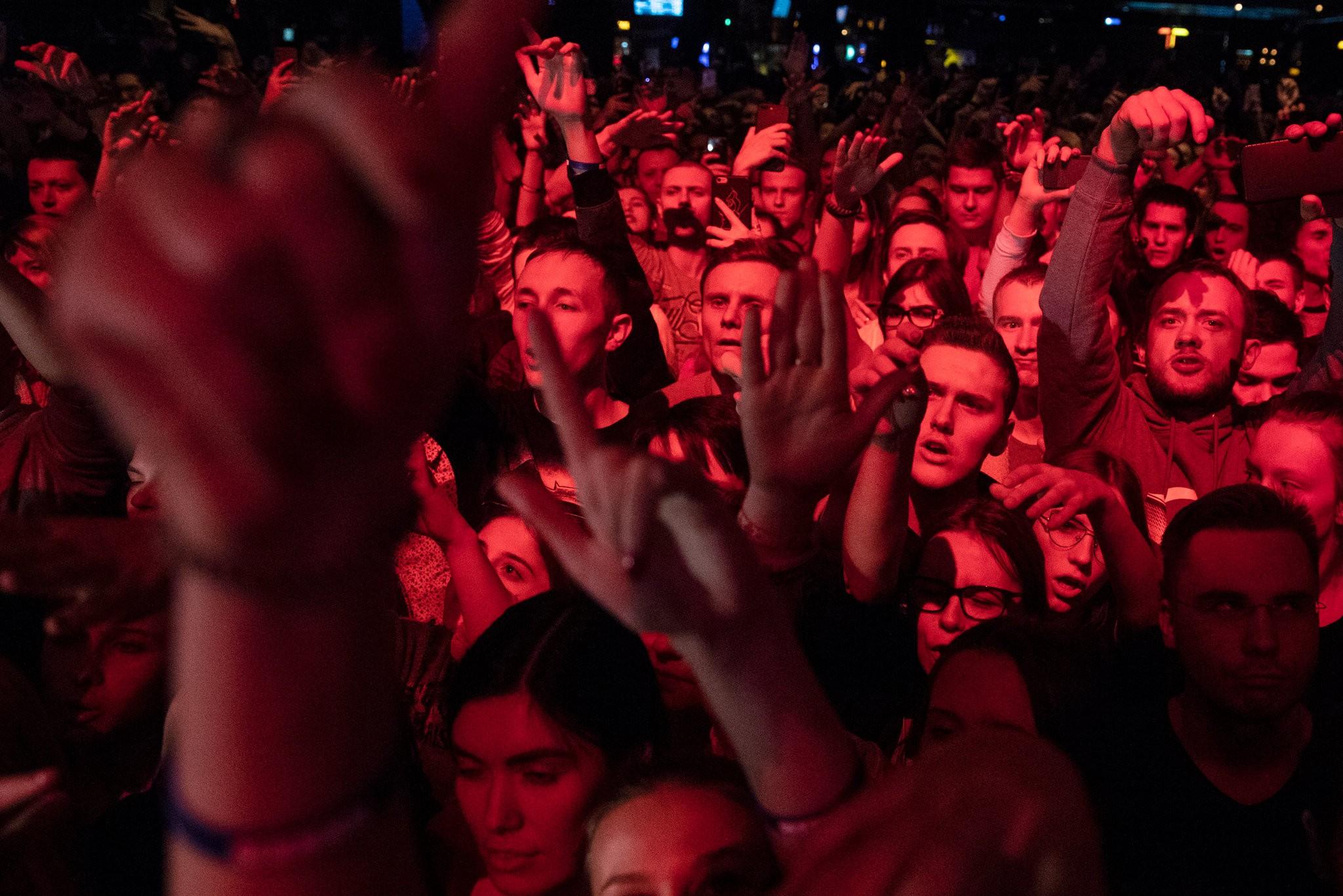 哈斯基演唱会现场,狂热的俄罗斯青年人荟萃在livehouse 图源:外交媒体