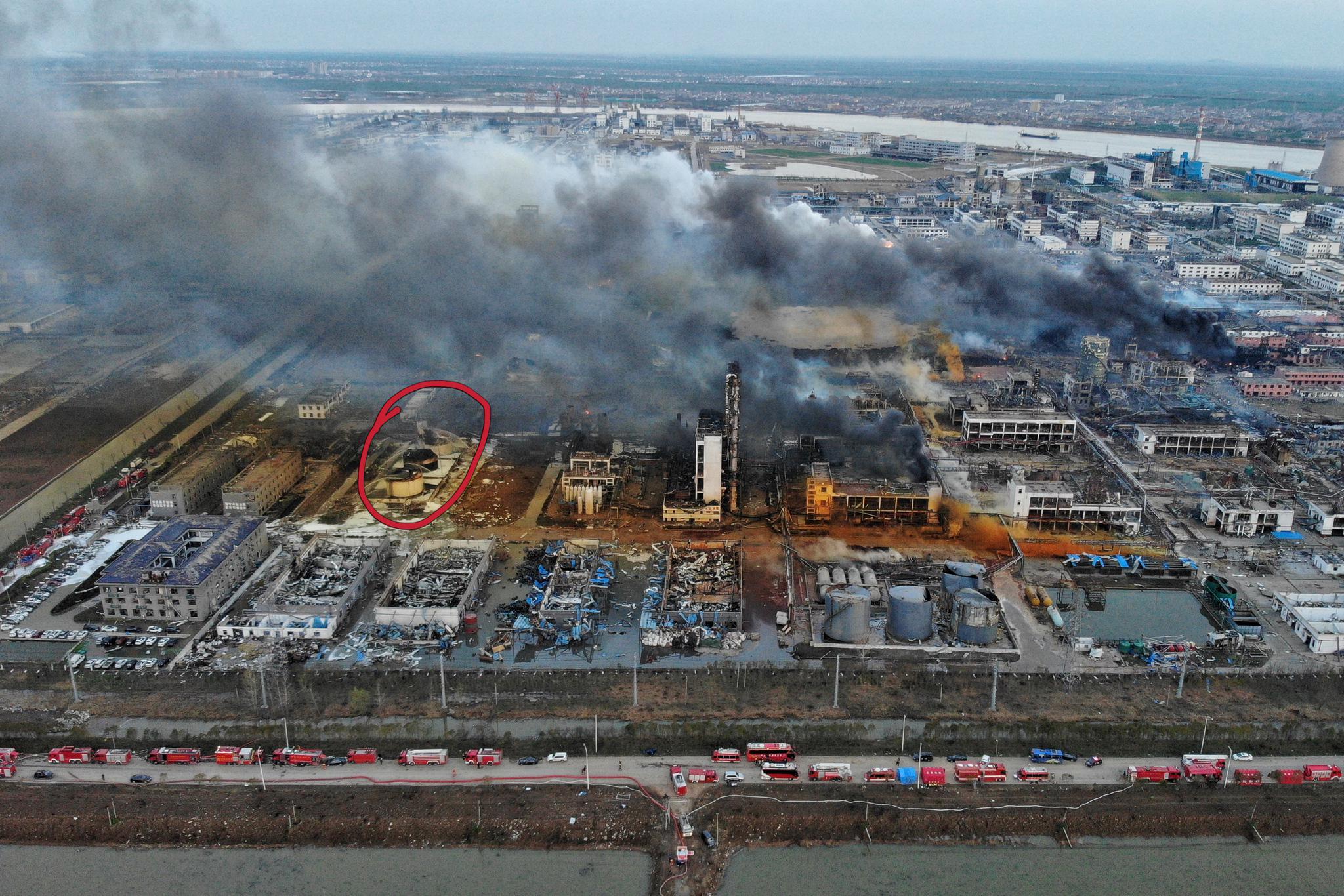 事故后航拍图,图中红圈所示位置即为苯罐、甲醇罐。 新京报记者彭子洋摄