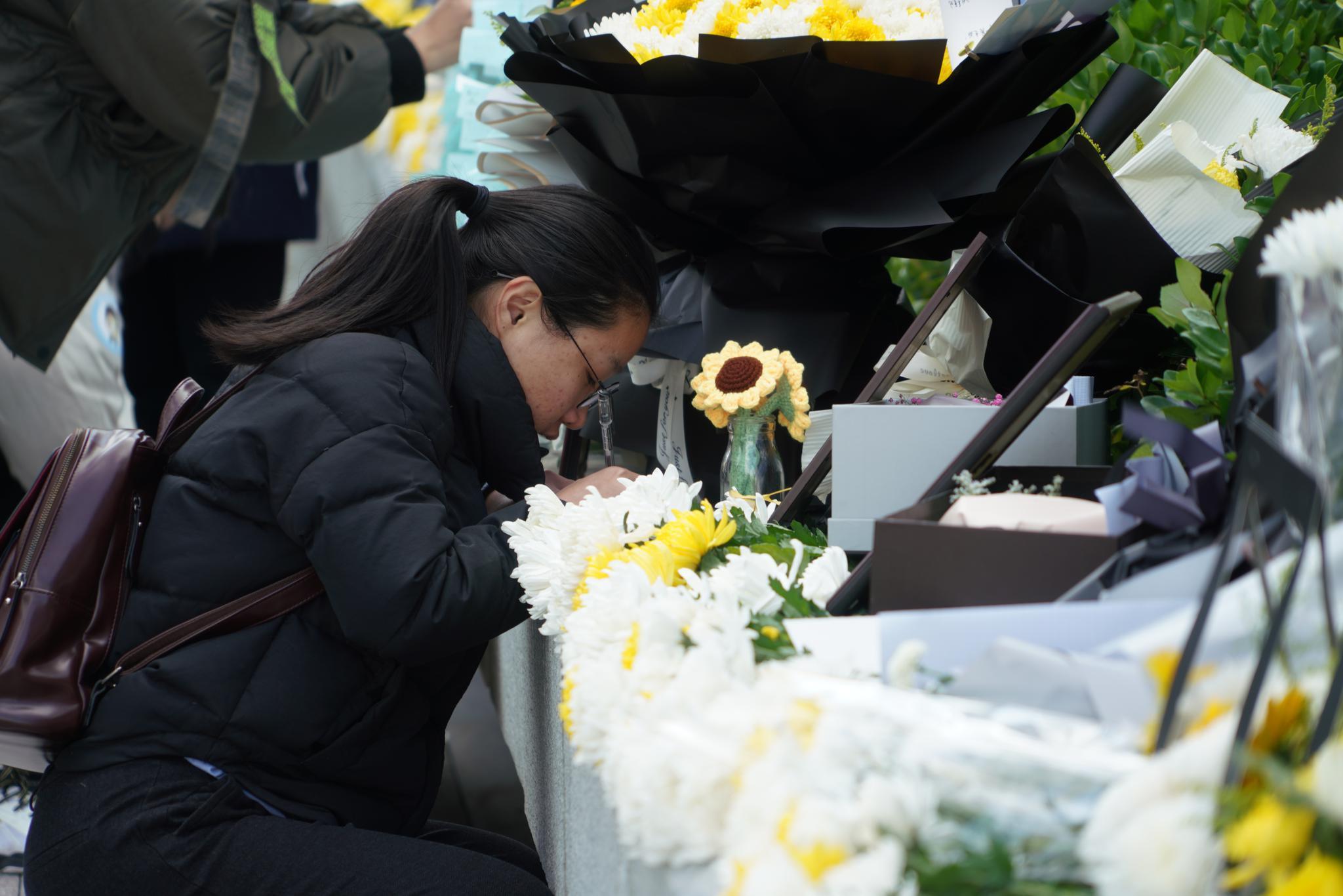 粉丝留言悼念高以翔。新京报记者 俞金旻 摄