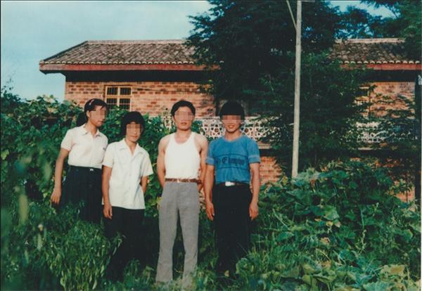 黄氏兄妹和父母在旧屋前的合影