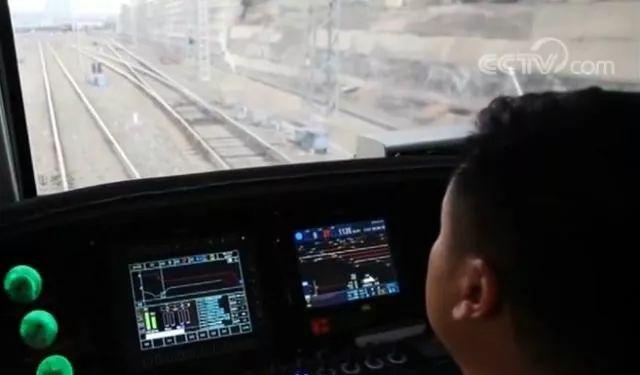 ▲智能駕駛重載列車操作室(央視新聞報道截圖)