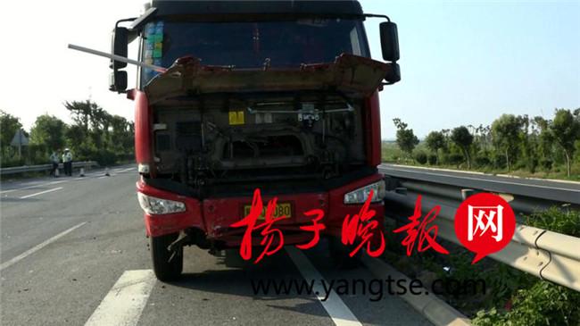 大货车司机判断失误追尾连撞两车造成三人受伤