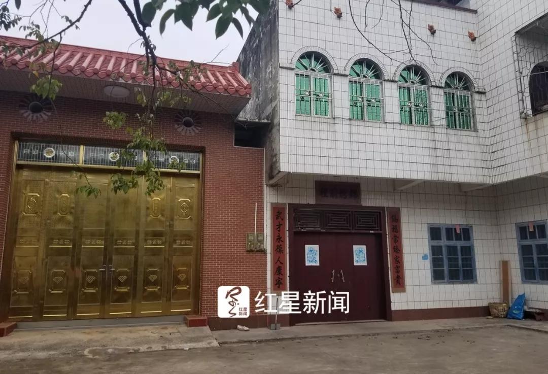 犯罪嫌疑人梁某武家大门紧闭 红星新闻 图