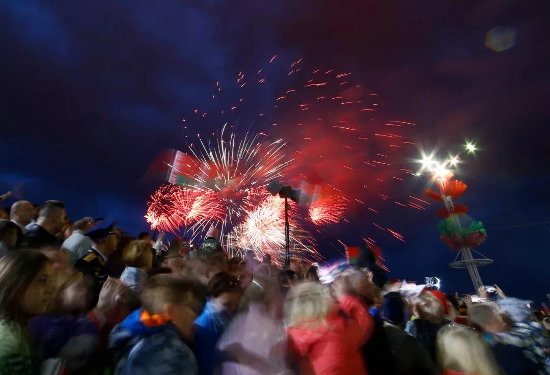 这是7月3日在白俄罗斯首都明斯克拍摄的阅兵式后举行的烟花表演。新华社/美联