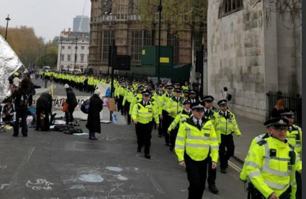伦敦警察出动(图:《每日邮报》取自社交平台推特)