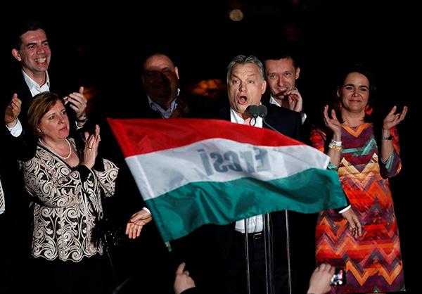 匈牙利执政联盟在当天举行的国会选举中获得压倒性胜利。欧尔班向支持者发表演说。视觉中国 图