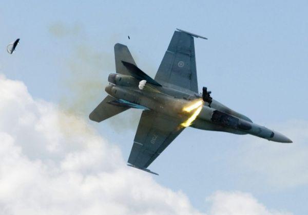 原料图片:添拿大空军CF-18即将坠毁前,飞走员弹射转瞬照片。(图片来源于网络)