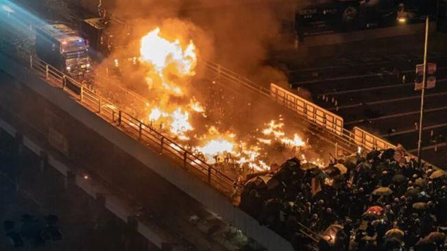 警方一辆装甲车遭到暴徒燃烧弹袭击。