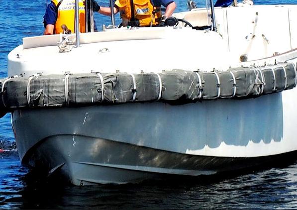 一艘货船在日本川崎市附近海上沉没,4人已获救,8人失踪。(图源:朝日新闻)