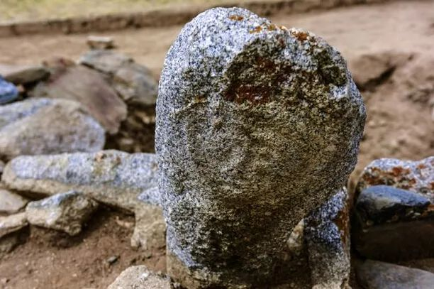 墓葬伫立的石人面朝东方。(新华社记者 沈桥 摄)