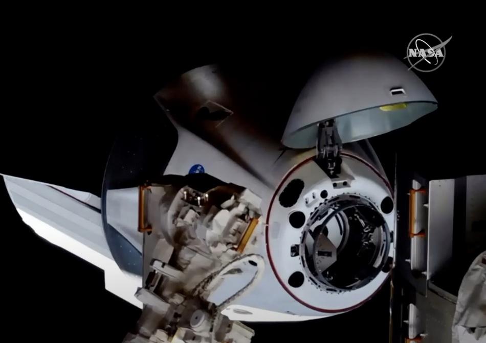 """这张由美国航天局5月31日发布的视频截图表现美国太空追求技术公司""""龙""""飞船正在与国际空间站对接。 新华社 图"""