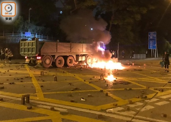 泥头车被暴徒投掷燃烧弹(东网)