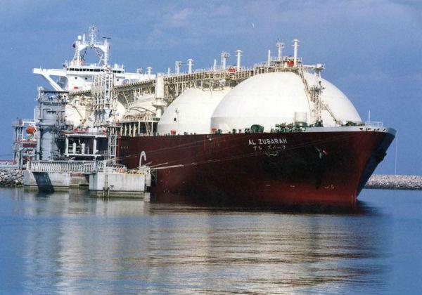 一艘液化天然气油轮正在卡塔尔莱凡角进走装载。(美联社原料图片)