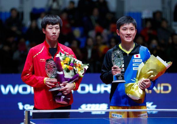 15岁的张本智和(右)成为有史以来最年轻的外子单打冠军。新华社记者王婧嫱摄